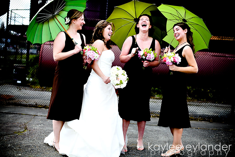 wedding party 1 Ah! I heart Bella Umbrellas...especially in Gasworks Park | Seattle Wedding Photographer