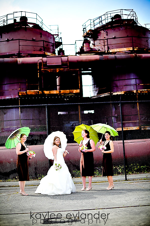 wedding party 3 Ah! I heart Bella Umbrellas...especially in Gasworks Park | Seattle Wedding Photographer