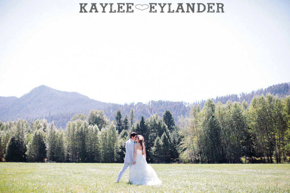 Ritter Farms DIY WEdding First Look 12 Ritter Farms DIY Wedding | Cle Elum Wedding | Turquoise Piano in a field...need I say more?